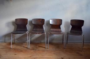 Nous apprécions la finesse de la silhouette de ces chaises vintage. L'ensemble dossier et assise est réalisé d'un seul bloc en Pagholz, un matériaux qui allie la solidité de la résine à la souplesse et à la chaleur du bois. Très ergonomiques nous aimons le confort souple de ces chaises qui allié à leur look incroyable en font de parfaites chaises pour une cuisine design ou une salle à manger vintage... et vice versa!