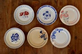 Pour les petits plats de semaine et les mijotés du dimanche, cette série d'assiettes rétro des années 40 est un bonheur! Dépareillées, nous aimons l'association des motifs floraux et des nuances de bleu rétro et vieux rose. Elles sont emplies de tendresse, et seront les témoins de grands moments de convivialité!
