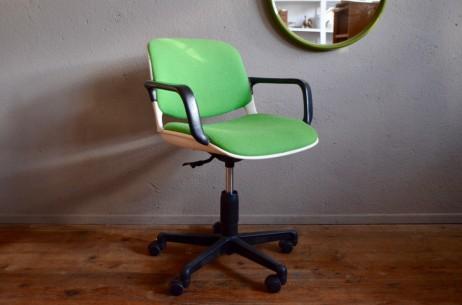 Ce fauteuil de bureau pivotant porte bien son nom : Comforto! Ce siège de bureau de très belle facture était distribué par Mobiler international dans les années 80. Doté d'un pied étoile à roulette est d'un dossier en coque plastique il se révèle d'une ergonomie rare! Nous aimons son allure très typée de son époque et nous l'imaginons déjà au travail devant un joli bureau!