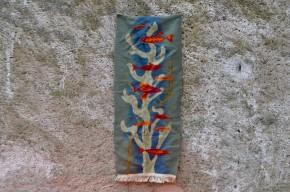 Plongée directe au fond de la mer ou du bassin, cette tenture murale en laine évoque d'une jolie manière la vie aquatique. Beau mariage de couleurs et dessin stylisé réveillent cette tapisserie rétro. Ses dimensions particulières en font une décoration murale très originale. A adopter de toute urgence pour parfaite une ambiance nature et bohème!