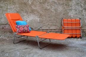 Retour de l'été rime avec mobilier de jardin coloré! Ce transat orange des années 60 est vitaminé, ses lignes sont ultra rétro! En plastique souple, il est confortable et dispose même d'un petit coussin de tête intégré pour accompagner siestes et après-midi lecture. Pliable, il est facile à ranger, mais son look vintage et sa couleur ensoleillée pourrait bien nous donner envie d'en faire un objet déco dans le jardin tout au long de l'été!