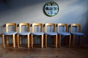 Nous aimons leur forme géométrique et sans concession, qui leur donne des allures de jeu de construction pour enfant ! Les pièces de bois sont en effet assemblées sans vis par l'entremise de pièces en aluminium moulées. Le résultat est plutôt convainquant pour un dessin des plus futuristes et audacieux. Les chaises sont solides, robustes et surtout confortables avec une ergonomie étudiée qui va jusqu'à la possibilité d'empiler facilement les chaises. La version proposée ici est en bois clair vernis, avec une assise en skaï gris.