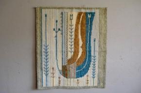 Des teintes très naturelles et un dessin évoquant le monde végétal, cette tenture murale rétro est douce et enveloppante. De belles dimensions, le panneau est en laine et de jolie facture, la trame est régulière et serrée. Dans un esprit bohème voire wabi-sabi, nous imaginons ce tissage au-dessus d'un canapé en laine ou d'une enfilade aux accents scandinaves, réchauffant subtilement votre intérieur...