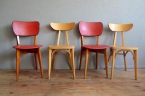 Série de chaises dépareillées rouge et bois années 60 skaï bistrot chevalet pop mix and match cuisine restaurant années 60 french chairs
