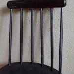 Chaise de bureau, de cuisine ou chevet minimaliste, cette chaise des années 60 est d'inspiration scandinave. Dans la lignée de la fameuse Fanette de Tapiovaara, cette chaise à barreaux est fine et élégante. Toute en noir, cette pièce rétro affiche une élégance intemporelle.