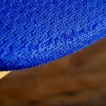 Notre œil a été attiré par le tissu bleu électrique de cette chaise des années 60. Ses lignes sont simples et la teinte clair du bois contraste harmonieusement avec la couleur vive du tweed. Assise et dossier sont larges et enveloppants, nous imaginons cette chaise devant un bureau où elle sera une assise confortable et très déco! Et même de dos, sa finition cloutée rockabilly et l'originalité apportée par l'arceau de bois en font une pièce vintage étonnante et détonante, parfaite pour une déco survoltée!
