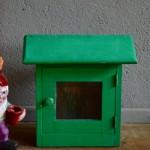 Mots doux, lettres d'amour cartes postales ont du se succéder dans cette jolie boite à lettre vintage. Elle nous semble de fabrication artisanale et possède une incroyable patine, douce et empreinte de poésie. Nous lui imaginons une nouvelle vie, comme boite à secret, accessoire devant la cabane des enfants ou encore comme armoire à clé.