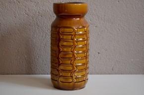 Les années soixante soixante dix sont un véritable age d'or de la production de céramique en Allemagne de l'ouest. Couleurs, audaces et formes libres sont au rendez vous, et ces vases viennent fleurir les intérieurs. Ce grand vase à l'email brillant est original et travaillé en relief, dans l'épaisseur. Seul ou accordé avec d'autres pièces il réveillera la déco d'un intérieur exigeant et coloré!