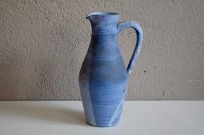 Ce joli pichet vintage est bien plus un objet déco qu'une pièce usuelle. Nous apprécions les nuances de bleu, la forme élancée de ce vase ancien.