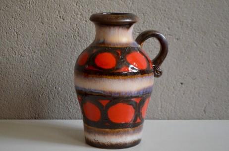 Scheurich fait partie des fabriques de céramique réputées pour sa production de vases colorées aux émaux épais dans l'esprit fat lava. Ce joli pichet vintage