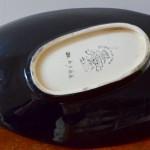 Coupe forme libre émaux faïence de Longwy noire motifs colorés Dahlia signée estampillée