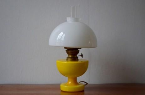 Clin d'oeil espiègle aux productions usuelles traditionnelles de la verrerie danoise Homelgaard la serie des lampes à pétrole  Victoria a été imaginée par le genial  Michael Bang. Reprenant les formes habituelles des lampes anciennes à combustible, c'est dans le choix des couleurs et une électrification d'origine  qu'elles se distinguent. Les artisans  verriers d'Homelgaard nous proposent là une vision pop' vitaminée et dépoussiérée d'un luminaire ultra classique. Une fois allumée, la lampe se joue des transparences et des nuances de jaune.