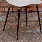 """Lignes futuristes et matière innovante, cette série de 4 chaises des années 70 est originale. Fabriquée et distribuée par Plaxico, cette chaise française reprend les codes des premières chaises aux assises moulées des années 50 : design épuré, forme aérienne et ergonomique, piétement tubulaire fin. Ce modèle en ABS gris est souple et confortable, léger et facile à utiliser, en intérieur comme à l'extérieur. Nous aimons beaucoup la coque profilée """"space age"""" et les lignes particulières du piétement. Voilà une série de chaises vintage qu'on remarquera!"""
