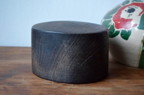 Béret, trilby, fédora, canotier, melon, panama, haut de forme... Il y a autant de styles de chapeau que de formes de tête! Cette marotte des années 20 provient de l'atelier d'un chapelier. A mi-chemin entre objet de métier et curiosité poétique, cette forme à chapeau est en bois massif, lourd, lustré par les années, dessinée telle une sculpture! Ce bel objet déco porte une part de l'histoire de l'artisanat et du savoir-faire français. On l'imagine aujourd'hui objet déco ou de curiosité, presse-papier original ou bloc livres remarquable... Place à la magie et à l'émotion!