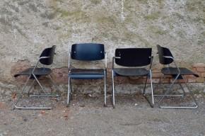 Wilkahn est un éditeur allemand de mobilier dont la production est reconnue pour sa qualité et le caractère moderne de son design. Cette série de 4 chaises répond à merveille aux impératifs de fonctionnalité sans oublier une esthétique presque futuriste. Le piétement traîneau en métal chromé confère une silhouette dynamique et contraste joliment avec les pièces de bois sombre qui forment l'assise et le dossier.  Nous apprécions leurs lignes autant que leur confort!