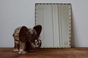 A poser ou à accrocher au mur, en solitaire ou en collection, ce miroir vintage rectangulaire et biseauté trouvera sa place dans toutes les pièces de la maison. A l'Atelier, on est fan des contours dentelés et de son petit air art déco… Une petite pièce bohème qui ne manque pas de charme!