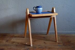 Un piétement compas vertigineux, joliment effilé, marque la silhouette de ce guéridon rétro des années 50! Nous aimons son allure simple et moderne, et sa très belle teinte miel. Son plateau rénové bleu roi contraste merveilleusement avec la structure en bois massif doré, et vient souligner les lignes modernistes de cette jolie pièce rétro. En bout de canapé, chevet ou porte-plantes, cette table d'appoint ne manque pas d'audace!