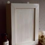 Cette armoire à pharmacie vintage possède de jolis détails et un look tout en sobriété. En bois, sa peinture vieux blanc est joliment patinée et lui offre un charme venu d'un autre temps. Ces petits meubles à suspendre se révèlent très pratiques et savent apporter une touche vintage ou rétro à une salle de bain. L'intérieur de l'armoirette est organisé en étagères et compartiements.