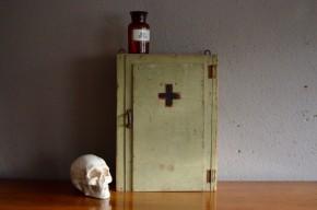 Petit meuble à accrocher dans l'entrée, la salle de bain ou la chambre, cette armoire de pharmacie des années 40 est d'une beauté rare. A l'Atelier, nous affectionnons les étagères de toilette, mais la patine de cet énergumène nous a touchés en plein cœur! Entièrement en bois, sa peinture gris-vert est douce, authentique et originale à la fois. Poignée en métal oxydé, croix rouge et noire peinte à la main et aménagement intérieur simple et pratique ajoutent au charme de cette pièce rétro atypique.