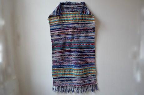 Alternance de couleurs, de matières, ce tapis Chindi  affiche des motifs ethniques et bohèmes dans l'air du temps. Ancien et de belle facture, il est tissé de fils de coton, de soie et rubans de satin. Dans l'entrée, une chambre enfant ou au pied du lit, ce tapis en provenance de Copenhague apportera de la couleur et complétera subtilement une déco bohème ou hippy chic!