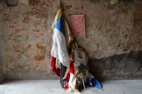 Objets de folklore et de fêtes locales, cette série de drapeaux mêle fanions, étendards et bannières de procession. De toutes les tailles et de toutes les couleurs, certaines sont à l'effigie de paroisses ou de congrégations, arborant de fins dessins ou broderies à la symbolique inconnue. En coton ancien et parfois en soie ou satin, les bannières sont anciennes mais n'ont rien perdu de leur originalité et de leur mysticité... Déco décalée ou accessoires pour le théâtre, cette belle série de drapeaux attend impatiemment de flotter à nouveau dans le vent!