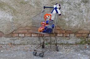 Voici une illustration d'une des antonomases les plus célèbres de la langue française : Caddie devient le nom commun pour désigner les chariots de supermarchés!!! Après ce tour de force sémantique, nous vous proposons un détournement d'usage. Ce Caddie vintage de petite taille saura se commuer en coffre à jouet à roulette, accessoire de jeux, ou en meuble à chaussure en quittant les supérettes pour la maisons!