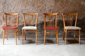 Du punch et de la couleur avec cette série de chaises vintage! Cette série dépareillée est d'une cohérence folle, lignes tranchées aux notes scandinaves, dossier dynamique, bois lumineux... Les assises grises et rouges sont fraîches et vitaminées. Voici des chaises rétro des années 60 parfaitement assorties qui feront chanter votre cuisine!