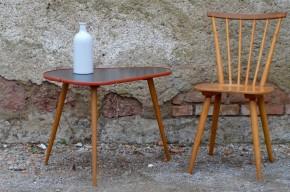 Cette jolie table des années 60 allie esprit pop et élégance avec son haut piétement compas en bois blond. En bout de canapé ou table basse, son plateau noir bordé de vinyle rouge est dynamique. De forme médiator joliment sixties, ce petit meuble rétro apportera une douce folie à votre déco!