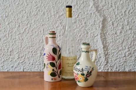 Lot de deux bouteilles d'alcool Elchinger Soufflenheim motifs floraux céramique alsace