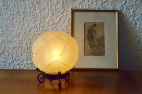 Cette charmante veilleuse reflète tout à fait l'esprit Art Déco qui lie chic et douceur. Il s'agit d'un joli globe de verre dépoli, opalescent au dessin géométrique monté sur un support en fer forgé. Finement ouvragée, la lampe diffuse une lumière d'ambiance agréable et chaleureuse.