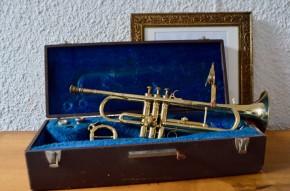 """Ambiance piano bar et boîte de jazz, cette trompette a beaucoup de charme... Jolies proportions, pavillon presque floral, et patine brillante et dorée joliment bohème, cet instrument est un objet déco original et plein de charme! Tendez l'oreille et fermez les yeux, """"Kind of blue"""" résonne non loin! C'est un modèle original, signée Antoine Courtois Paris, elle est prévue pour jouer dans deux tonalités différentes."""