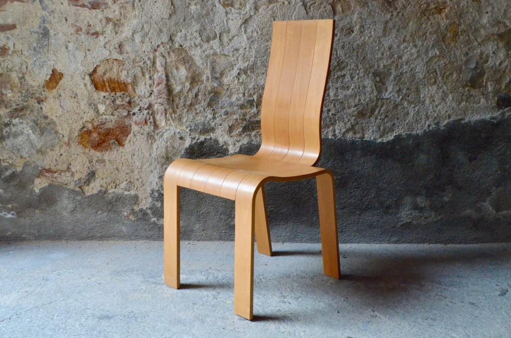 Originale par sa forme comme par sa conception, le design de cette chaise ne nous laisse pas indifférent. Ses courbes et ses volumes semblent prendre naissance dans une feuille de contreplaqué, qui aurait été sculptée et mise en volume par un facétieux designer. Le parti pris minimaliste du dessin nous offre pourtant une assise pleine de présence et d'un confort souple. Siège de bureau, valet de chambre ou pour compléter un ensemble de chaises de repas, voici une chaise polyvalente et peu commune.