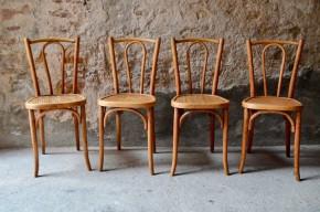 """Cette série de chaises bistrot a un charme fou! Nous avons succombé à sa teinte claire miel ravissante. Celle-ci apporte beaucoup de douceur et un brin de modernité à ces chaises traditionnelles. Modèle n°56, ces chaises bistrot sont intemporelles, fines et pleines d'élégance. L'assise striée donne du rythme aux jolies courbes de la structure des chaises. Associées à d'autres comparses """"bois courbé"""", elles se marieront avec bonheur pour une déco chaleureuse et authentique."""