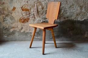 """Ce prototype de chaise S28 de pière chapo permet de rendre compte du travail formel et structurel mené par cet ébéniste de génie dans l'élaboration de ses pièces de mobilier. """"Sortie d'atelier"""" ce genre de témoignage du travail et des recherches sont rarissimes. Elle rend parfaitement compte du chemin parcouru pour finaliser une chaise S28. Référence au mobilier traditionnel voire rustique, la chaise S28  est minimaliste, jouant sur la matière brute et la sobriété des lignes. Elle présente un large dossier plein doté d'une simple encoche pour faciliter sa manipulation."""