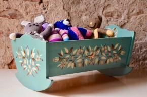 Lit de poupée bascule vintage Jouet en bois enfant idée cadeau petite fille jeu ancien vintage fleurs oiseaux vert