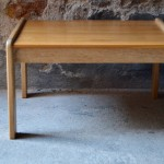 """Yngve Ekström, menuisier et architecte suedois, a contribué au côté d'Alvar Aalto et Arne jacobsen à l'émergence du modernisme scandinave ou""""style scandinave"""". Cette table basse éditée pas Swedese en est un parfait exemple, des lignes simples,arrondies et douces; les assemblages sont visibles et rythment le dessin pendant que la chaleur du bois est mise en valeur. Elle est d'une sobriété attachante et authentique, dans la lignée d'un design suédois qui sait madrier artisanat et modernité."""