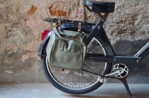 """Ces """"sacs à pain"""" ou """"breadbag"""" officiaient dans l'armée suisse il y a quelques décennies. Destinés à ranger et transporter les rations, ces sacs ultra résistants sont bien pensés et charmants. Sacoche à vélo ou mobylette, ils peuvent être fixés sur le porte-bagages ou sur le guidon grâce à des boucles en cuir. Un rabat en vinyle très épais le rend imperméable, assurant l'étanchéité du sac intérieur en coton. Disposant d'une poignée et d'une bandoulière, on le décrochera rapidement et on l'emportera avec nous en vadrouille!"""