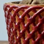 """Ces jolis cache-pots des années 50 ont un charme rétro indéniable. Dans un état irréprochable, ils sont en plastique rigide moulé, imitant un treillis ajouré en osier. L'un vert bouteille, l'autre carmin, ces jolis objets déco vintage ont conservé leur brillance et leur couleur profonde. Ils sont estampillés """"Syla"""", marque française, sur le dessous. Accueillant un petit ficus ou détourné en pot à ustensiles, ils marqueront votre déco d'une jolie touche fifties."""