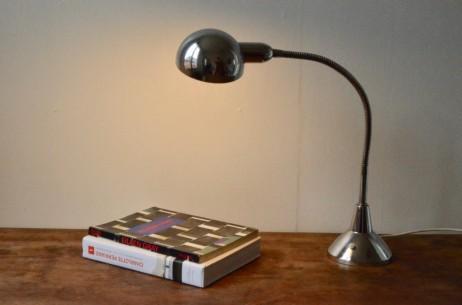 Jumo est un fabricant français emblématique, de lampe de bureau et d'atelier. Grâce à ses qualités, la lampe Jumo 210 est adaptée à un usage au bureau comme à l'atelier. Orientable, dotée d'un long flexible et d'un pied lesté de fonte elle s'adapte à toutes les fonctions. Faite de métal elle est entièrement chromé afin de lui assurer longévité ainsi qu'un look moderniste assumé et dans concessions.