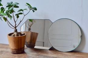 Un rond et un octogonal, voici une jolie paire de miroirs vintage aux accents Art déco. Ils présentent un joli contour biseauté. Le tain est un peu patiné par les années et apporte la petite touche bohème qui nous plaît tant!