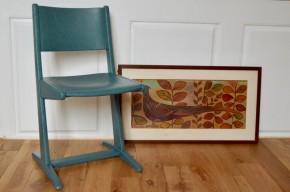 """Rénovée """"bleu guède"""", cette chaise en bois reprend des couleurs! Pensée et dessinée pour un usage scolaire, cette assise des années 60 est confortable et surtout, son piétement assure une grande stabilité, en plus d'être joliment original. Associée à un bureau rétro, le duo fera mouche! Voici une chaise enfant vintage pleine de charme!"""