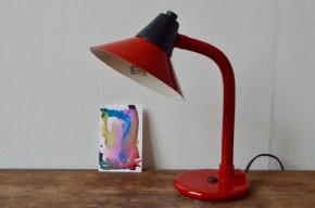 Rouge camion de pompier, cette petite lampe vintage ne manque pas de tonus. Fabriquée en France par Aluminor elle possède un charme vintage et saura mettre sont petit grain de lumière sur un joli bureau.