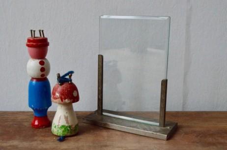 Que ce soit pour y glisser les souvenirs des vacances, un dessin des enfants ou le portrait de grand mère adorée, ce joli cadre à photo ancien est un bel objet déco. Dans un sobre style art déco, il possède un charme délicieusement suranné.