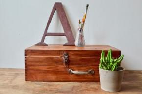 Cette valise possède un look bohème assumé! De son passé de boîte de boite de transport, elle conserve souvenir et patine authentique. Elle est réalisée en bois, renforcée par des coins métalliques. Seule ou en collection, elle constituera une déco authentique et un rangement pratique.