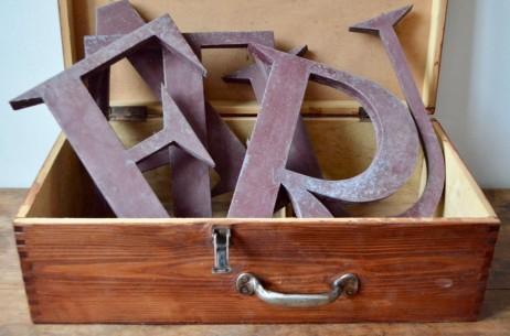 Lettre enseigne métal commerce vintage rétro logo années 60 patine indus antic shop metal letter sixties
