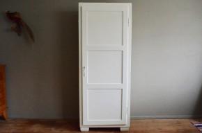 Lignes tendres et bohèmes, nous aimons les dimensions particulières de cette armoire parisienne des années 40. Tout en bois, sa forme haute et étroite lui confère une belle allure et un air rétro plein de charme. Sa peinture d'origine blanc crème est en superbe état. Petits pieds, panneaux de la porte, joli duo clé-poignée, cette bonnetière fera partie intégrante de la déco, en plus de s'avérer ultra pratique, dans la chambre d'un enfant comme dans l'entrée. Voici une très jolie pièce vintage, tendre et intemporelle!