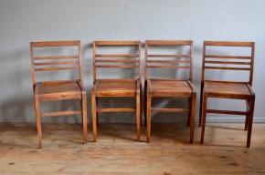 Voici une série de 4 chaises René Gabriel exceptionnelles. Éditées à partir de 1944 et dessinées par le designer français, ces chaises sont typiques du mobilier dit de reconstruction. Produit d'urgence destiné aux sinistrés de la seconde guerre mondiale, le design est simple et touchant. Ces pièces de mobilier sont chargées d'histoire… Les chaises en chêne massif sont d'un design sobre, minimaliste et économe en matière, mais d'une conception remarquable. La patine de cette série est de toute beauté, intense et chaleureuse. Les chaises sont confortables, d'un ornement minimal, très élégantes…