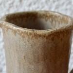 Avant de fermer ses portes, un atelier de poterie nous livre ses dernières merveilles et régal les amateurs de jolies pièces artisanales que nous sommes! Statuette, pichets, vases aux formes libres et terriblement poétiques... Ambiance wabi-sabi et mélange de matières et de techniques inspiré et inspirant!