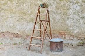 Cet escabeau ou échelle de peintre vintage possède tout le charme des objets de métier : une fabrication soignée, une patine d'usage témoignant de son histoire et un petit côté déco décalée. Produit au look industriel authentique, cet escabeau rétro apportera son vécu dans votre intérieur en se réinventant bibliothèque, présentoir, étagère à plantes ou valet de chambre.