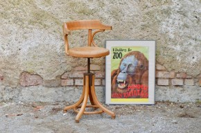 Ce joli fauteuil officiait encore il y a peu dans un salon de coiffure d'un petit village du nord de l'Alsace! Réalisé en bois courbé, il date certainement des années trente c'est dire si sa carrière professionnelle fut longue et intense!!! Authentique meuble de métier, les années de labeur lui ont donné un caractère unique, un vécu inoubliable et des milliers de conversations partagées!
